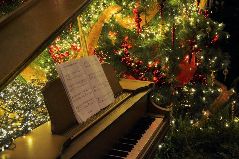 Karácsonyfa és zongora