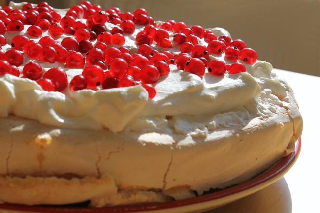 Pavlova torta ribizlivel egész