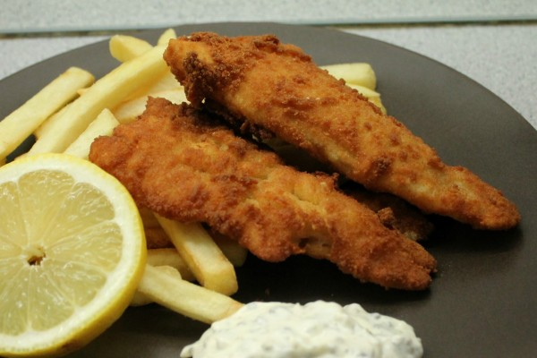 Rántott hal remulád mártással, sült krumplival, citrommal
