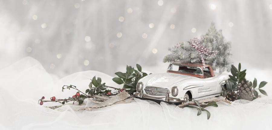 fehér kisautó ajándék