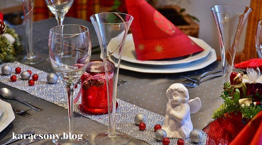 ezüst-piros asztali futó, gyertya, díszek