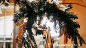 Karácsonyi ablakdísz fenyőgallyal