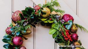 Karácsonyi ajtó dísz aranyalmával